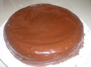 Torta al Cioccolato e Panna Acida con glassa Fudge di cioccolato e panna acida