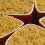 sformatini di ricotta e radicchio con fondi croccanti di noci macadamia su fonduta al gorgonzola – quasi un crumble