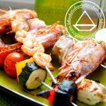 Spiedini di pesce e verdure, profumati al limone e con salsa di yogurt