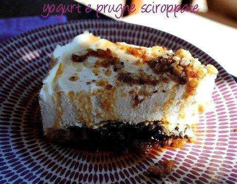 Torta allo yogurt con prugne sciroppate e granella di nocciole allo sciroppo