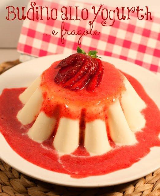 Budino allo yogurt e salsa di fragole