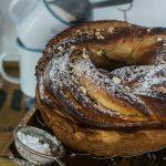 Pan brioche alla camomilla, nocciole e miele