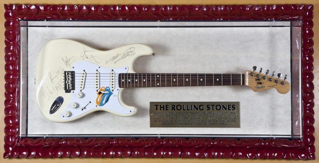 La chitarra firmata dai Rolling Stones al loro arrivo sul suolo Britannico