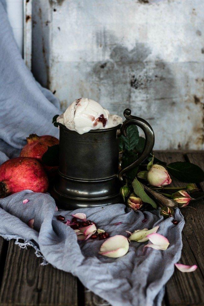 Gelato cremoso e vellutato alla rosa variegato al melograno