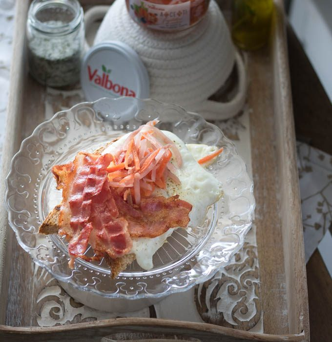 Eggs & Bacon con insalatina sottaceto