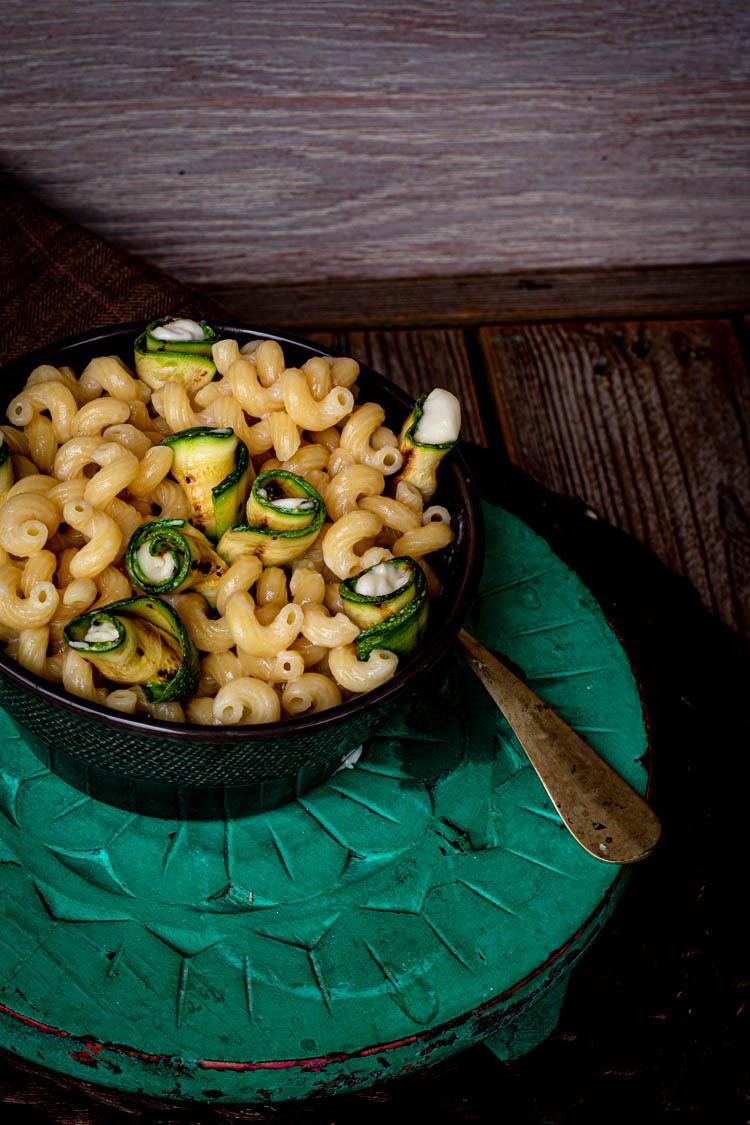 Celentani con crema allo squaquerone e rollé di zucchine grigliate