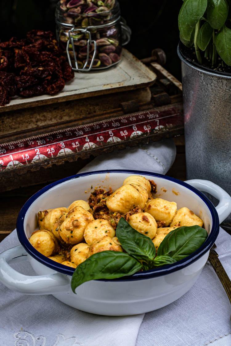 Gnocchi di stracchino con pesto ai pomodori secchi e pistacchi